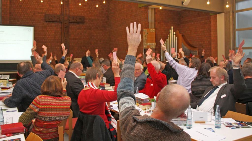 Beschlussfassung: 97 stimmberechtigte und acht beratende Mitglieder nahmen an der Kreissynode im Paderborner Martin-Luther-Zentrum teil. FOTO: HEIDE WELSLAU