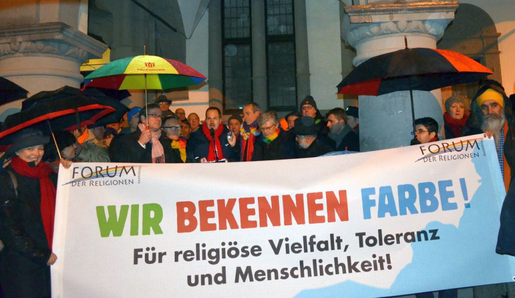 Buntes Bild: Vertreterinnen und Vertreter der beteiligten Religionen und Konfessionen sowie der Stadt Paderborn vor dem Rathaus. Foto: Mark Stücher