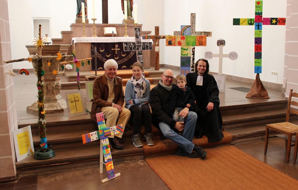 Mit den gestalteten Kreuzen: (v. l.) Gerd Husemann, Larissa, Thomas Winter-Schrader mit Paul und Pfarrer Björn Corzilius.