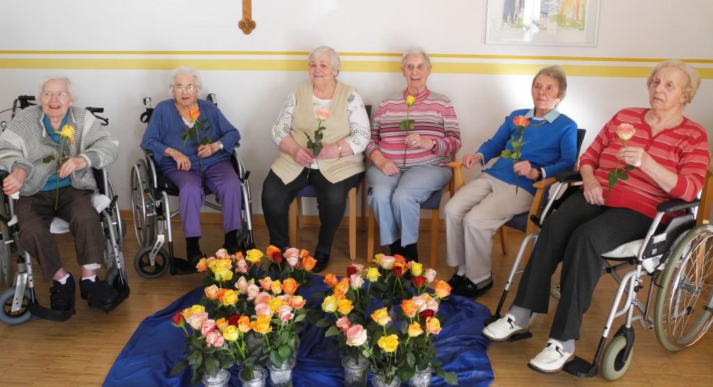 Zum Geburtstag gab es auch Rosen für diese Bewohnerinnen des Perthes-Hauses in Paderborn: (v. links n. rechts) Anna Bien; Ursula Hahn; Nelli Regehr; Maria Wünnenberg; Käthe Schlüter; Elisabeth Hesse. FOTO: PERTHES-HAUS PB