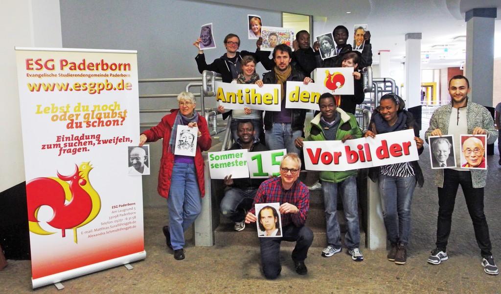 Neben Studierenden sind zu sehen: (vorne Mitte) Matthias Surall, (oben Mitte) Makela Dimbissi Essomé und (2. Treppenreihe links) Angelique Smorra. FOTO: ESG PB