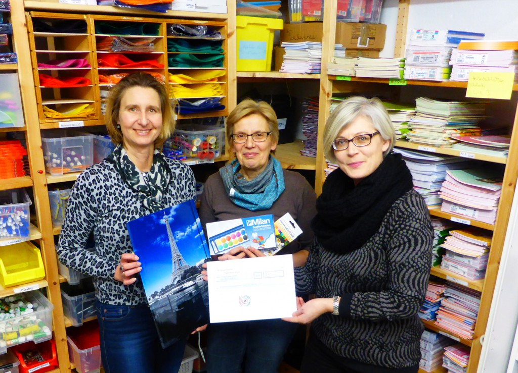 Die Kolpingfamilie Paderborn-West spendet der Schulmaterialienkammer der Diakonie Paderborn-Höxter e.V. 457 Euro. Foto: Diakonie/Susanne Bornefeld