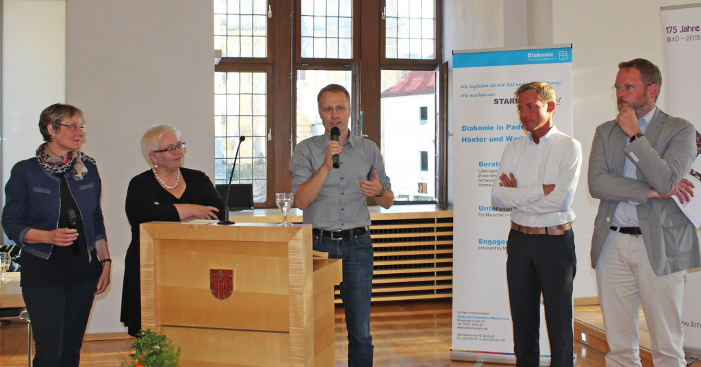 Diskutierten über Wege aus der Armut: (v. l.) Ulrike Gebelein (Diakonie Deutschland), Sigrid Beer (MdL, Bündnis 90/Die Grünen), Moderator Dr. Remi Stork (Diakonie Rheinland-Westfalen-Lippe), Daniel Sieveke (MdL, CDU) und Dr. Benjamin Benz (Ev. Fachhochschule Bochum). FOTO: EKP/HEIDE WELSLAU