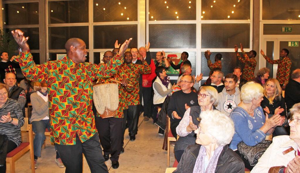 Bereits beim Einzug des tansanisch-deutschen Projektchors in die Martin-Luther-Kirche sprang der Funke über. Dass das gut einstündige Konzert bei den 200 Besuchern sehr gut ankam, zeigten kräftiger Applaus und fröhliche Gesichter. FOTO: EKP/HEIDE WELSLAU