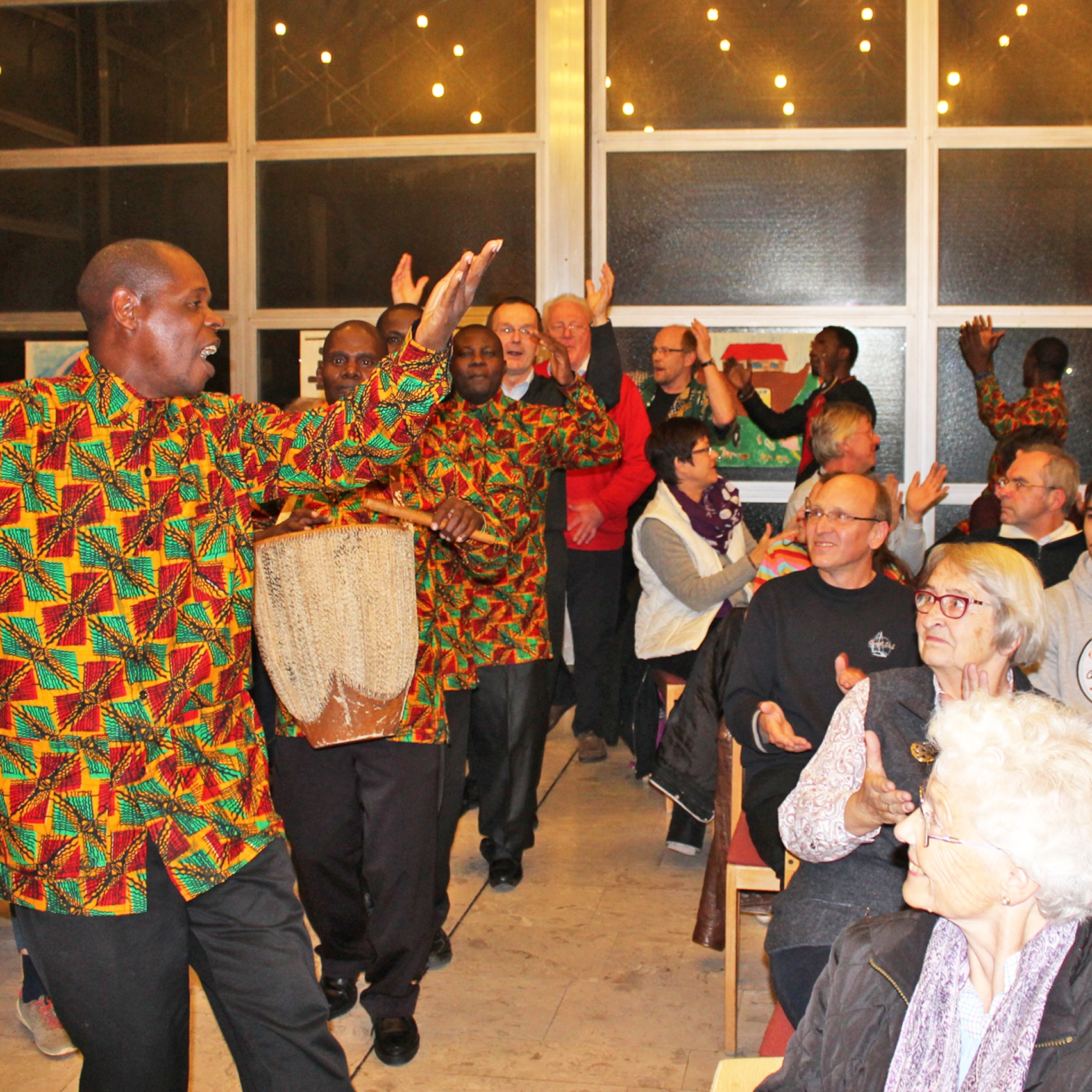 BEGEISTERND Premiere des tansanisch-deutschen Projektchors Tansania-Chorreise zum Kirchenkreis-Jubiläum