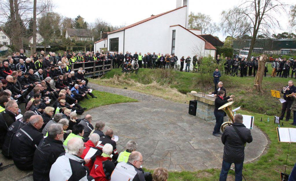 Saisonstart mit Gottesdienst unter freiem Himmel: So viele Besucher wie selten kamen zum Motorradgottesdienst an der Paul-Gerhardt-Kirche in Sennelager. Foto: Axel Langer