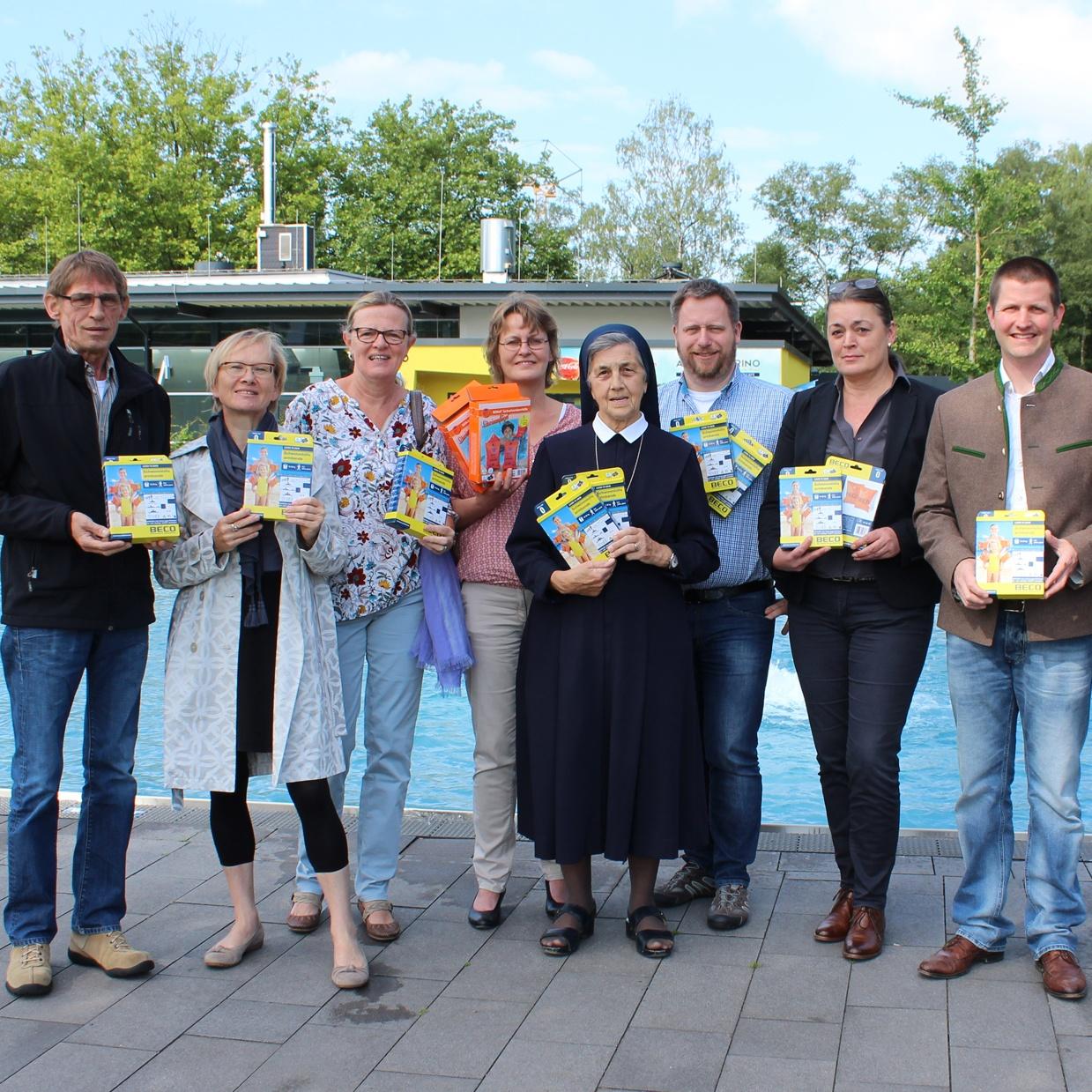 Runder Tisch Armut Paderborn übergibt Spende Schwimmflügel für mehr Sicherheit