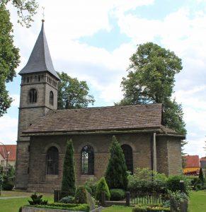 Die Trinitatiskirche in Peckelsheim. Nicht zu sehen ist der kleine Neubau mit Sakristei, Teeküche und Gruppenraum. FOTO: EKP-ARCHIV