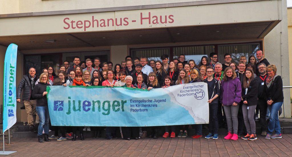 Vor dem Stephanushaus Borchen: Teilnehmende der 8. Jugendvollversammlung mit den Landtagskandidatinnen. FOTO: EV. JUGEND