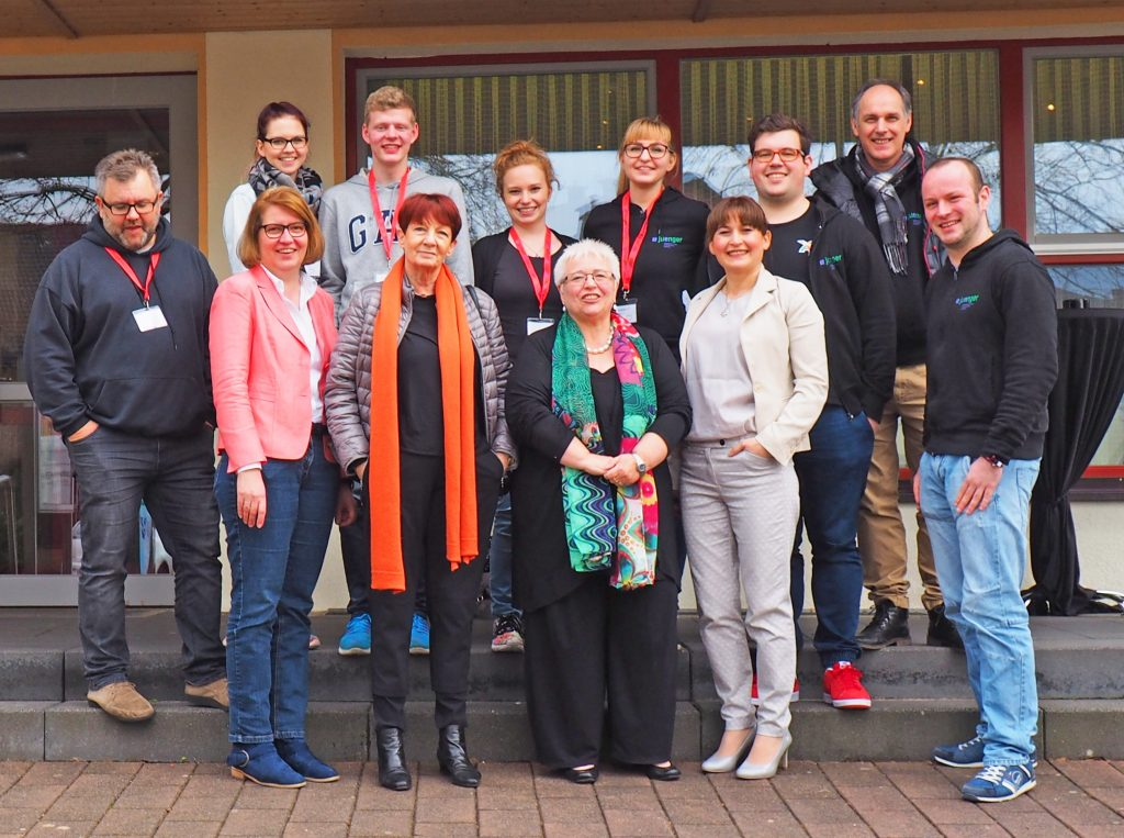 Claudia Steenkolk (vorne von links), Sabine Martiny, Sigrid Beer und Roze Özmen mit den Mitgliedern des Synodalen Jugendausschusses. FOTO: EV. JUGEND FOTOS: EV. JUGEND