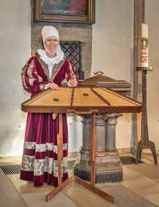Jessica Burri am altenglischen Saiteninstrument Dulcimer tritt am 23. April in Warburg auf. FOTO: PRIVAT