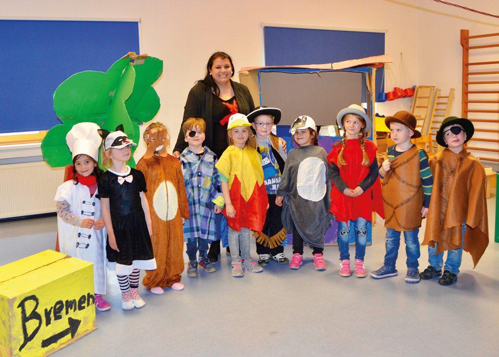 Michelle Mertin und die Kinder sind stolz über den Erfolg ihrer Aufführung der Bremer Stadtmusikanten. FOTOS: FZ