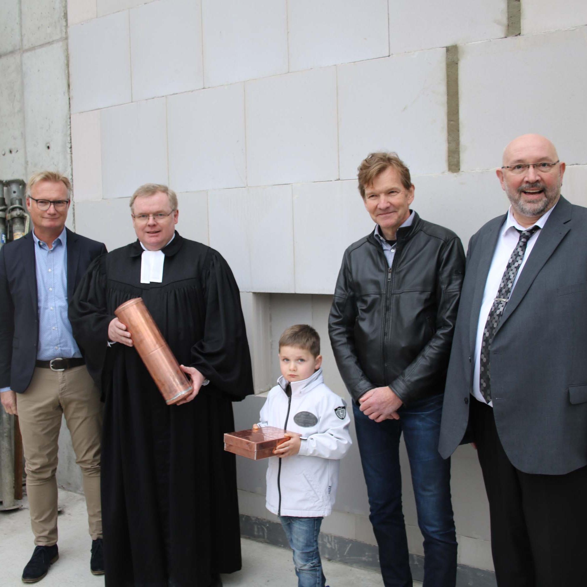 Grundstein gelegt: Bauarbeiten an der Moltkestraße 10 und 12 im Zeitplan Bibel, Playmobil-Luther und Tageszeitungen erinnern an den Tag