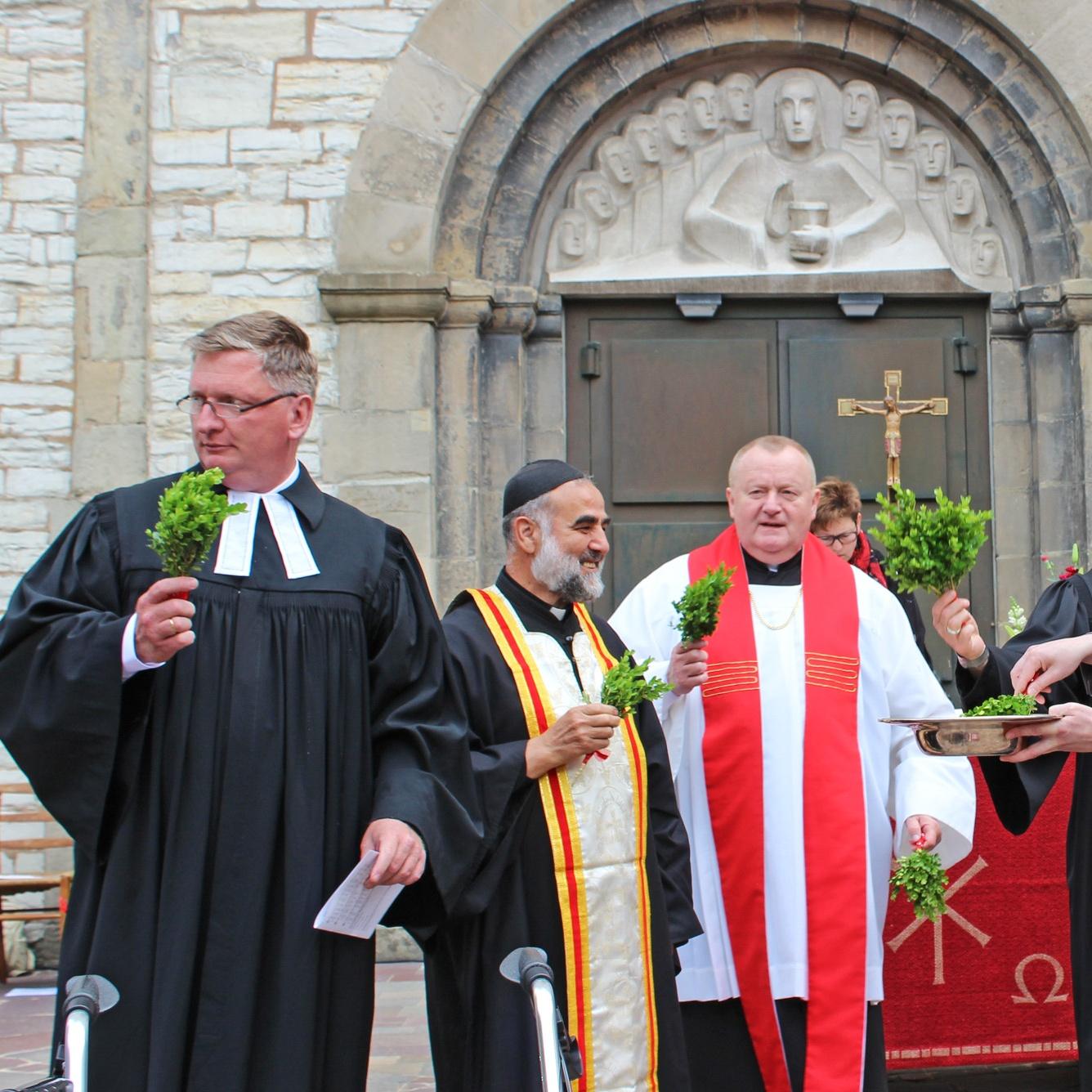 """800 Christinnen und Christen feiern ersten ökumenischen Pfingstgottesdienst in Paderborn """"Richtiger Ansatzpunkt, um Ökumene weiterzubringen"""""""