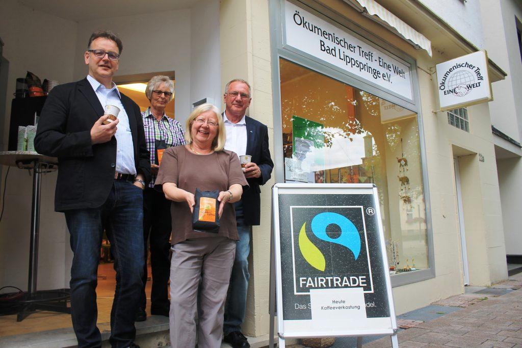 Freuen sich über die Verkostungsaktion (v. l.): Kaffeeröster Klaus Langen mit den Mitgliedern des FairTrade-Arbeitskreises Marianne Hesse, Christel Schuchardt und Hans-Jürgen Schaefer