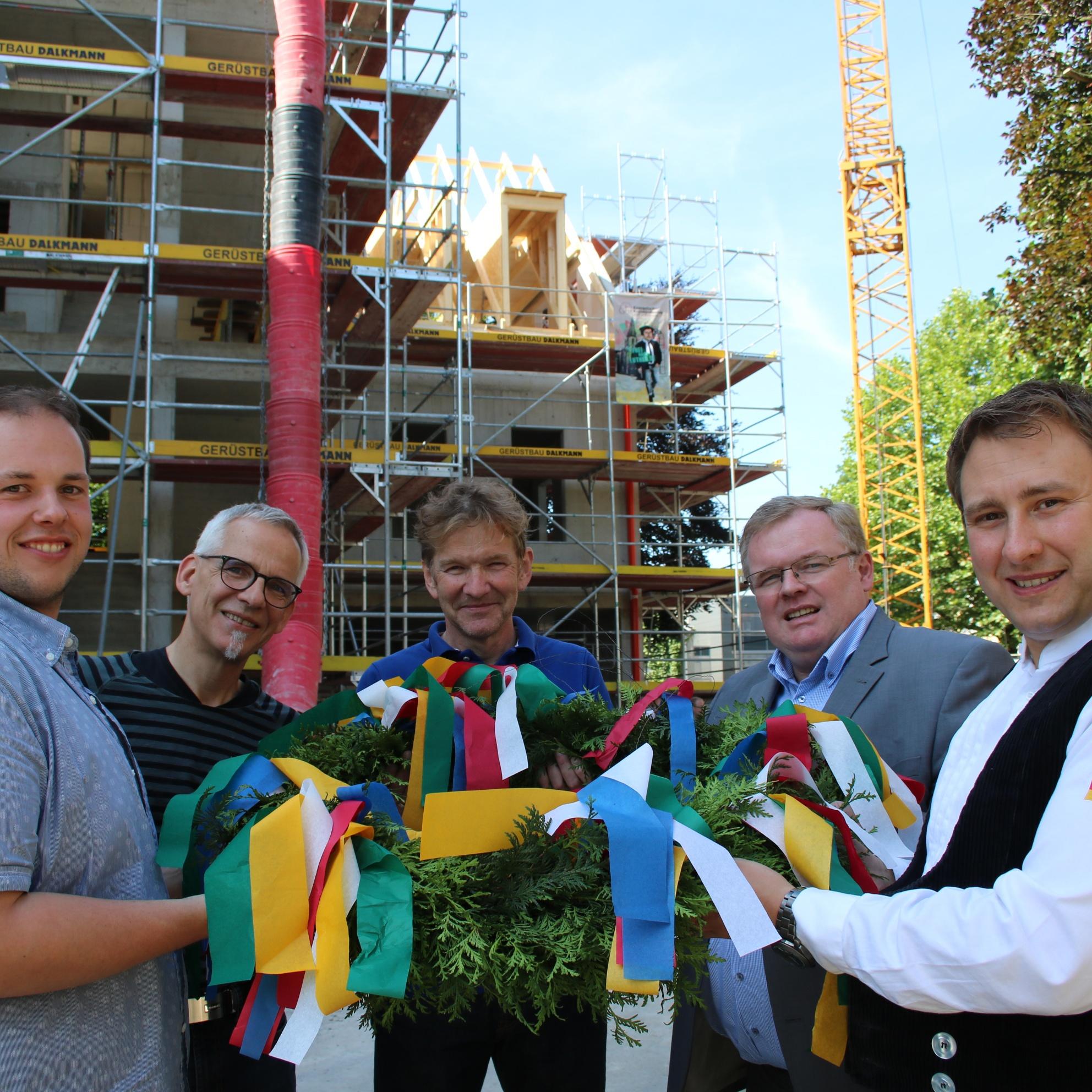 Bauarbeiten an der Moltkestraße 10 und 12 gehen gut voran Richtfest am Evangelischen Kreiskirchenamt Gütersloh/Halle/Paderborn