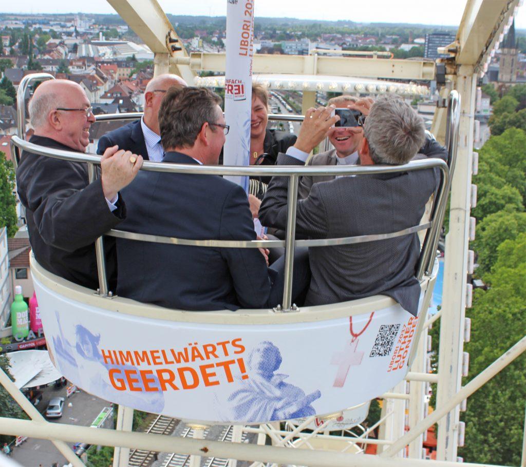 Himmelwärts geerdet nutzten die Gäste die Runden im Riesenrad für Austausch und Spaß.