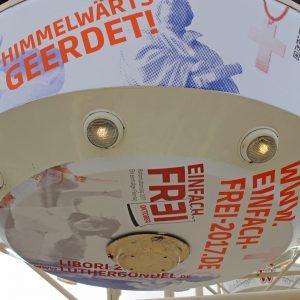 """Teile des landeskirchlichen Mottos """"Einfach frei!"""" im Reformationsjahr wurden mit eigenen Akzenten des Evangelischen Kirchenkreises Paderborn von der Agentur RLS Jakobsmeyer gekonnt auf die Gondel gebracht und machten sie zur Luthergondel mit der Nr. 36."""
