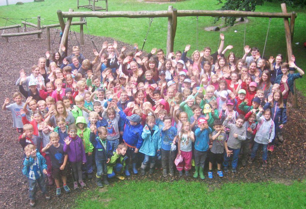 Erlebten Spaß und Abenteuer bei der Waldwoche: 110 Kinder und 23 Jugendleiterinnen und -leiter. FOTO: HoT ALTENBEKEN