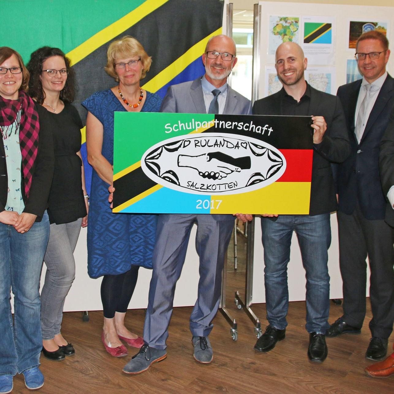 Partnerurkunde wechselt von Haupt- zur Gesamtschule ZEHN JAHRE Schulpartnerschaft zur Rulanda-Schule in Tansania