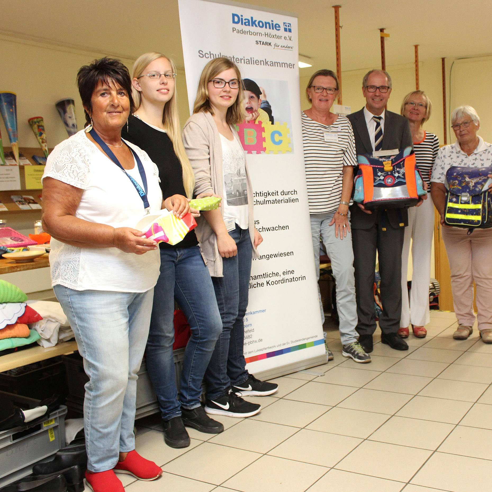 BESUCH Landrat Manfred Müller in der Schulmaterialienkammer Fantastisches ehrenamtliches Engagement