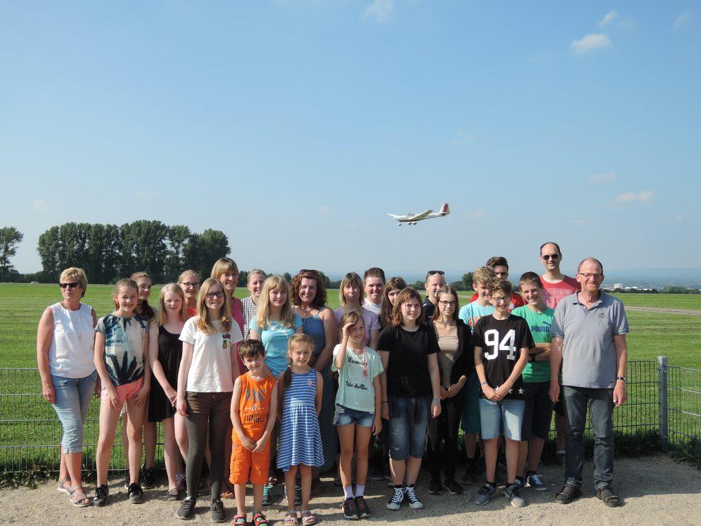 """Der eine landet gerade - die anderen starten durch. Einige der Teamer der KiBiWo 2017 beim Nach- und Vorbereitungstreffen auf """"Wolke 7"""" auf dem Haxterberg in Paderborn. FOTO: LUKAS-BEZIRK"""