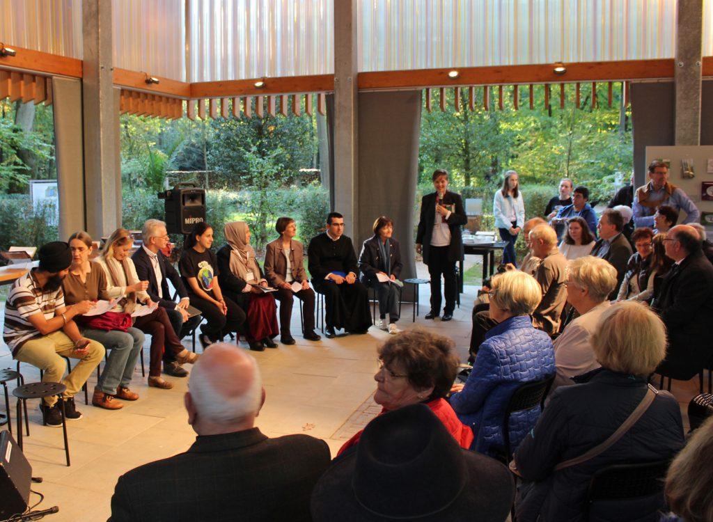 Dank stand im Mittelpunkt: Das Abschlussfest für die Ehrenamtlichen des GlaubensGartens auf der Landesgartenschau begann mit einer interreligiösen Andacht. Foto: EKP/Oliver Claes