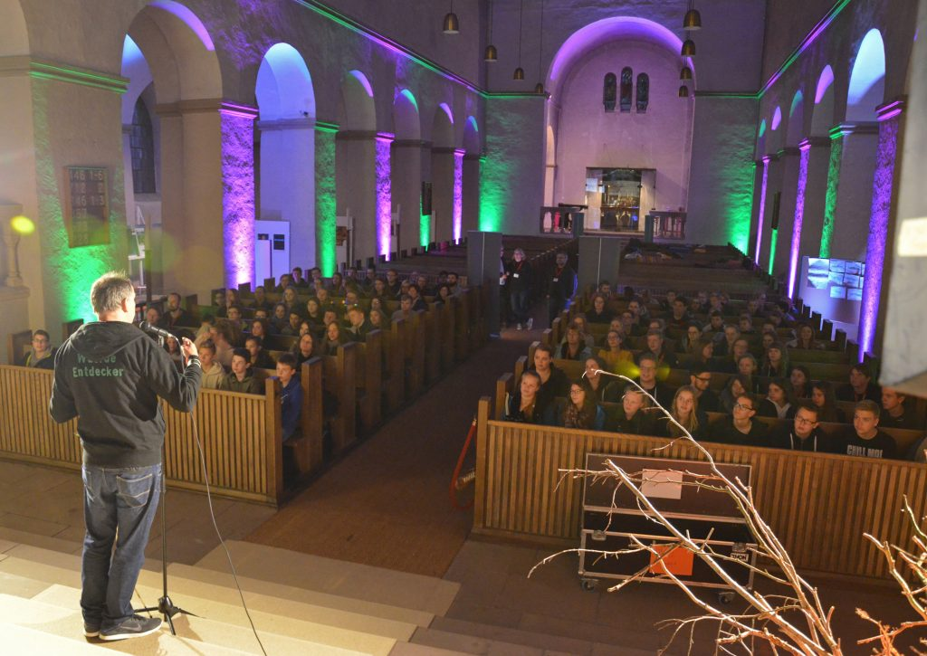 Farbenfroh: 140 Jugendliche nahmen an der ChurchNight der evangelischen Jugend in der Abdinghofkirche teil. Foto: Dr. Eckhard Düker