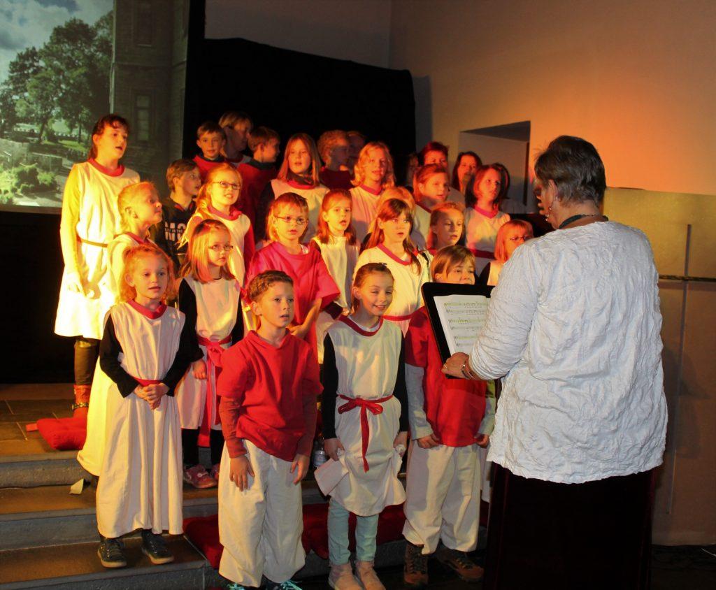 Chor: Die kleinen Sänger vom Kinderchor Lauenförde unter der Leitung von Rosi Lindemann und Thea Temme. FOTO: MANUELA PULS