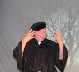 Blitz und Donner: Martin Luther (Uwe Neumann) gerät in ein Unwetter und gelobt, ins Kloster zu gehen, falls er gerettet wird. FOTO: MANUELA PULS