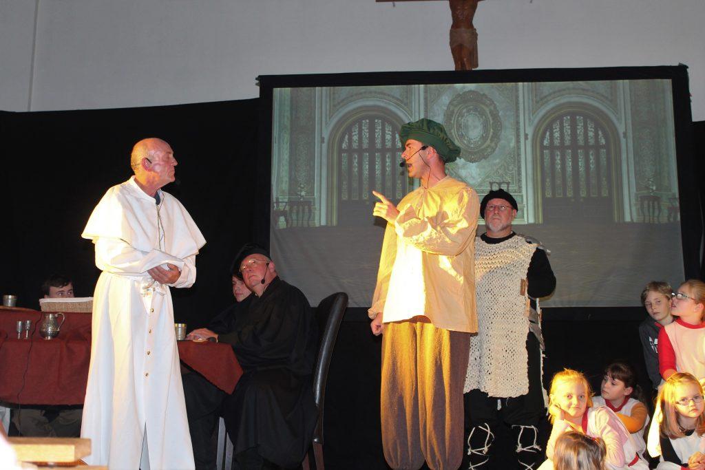 Vor Gericht: Der päpstliche Gesandte (Michael Niemann, l.) verhängt den Kirchenbann gegen Martin Luther (Toralf Klimmer). FOTO: MANUELA PULS
