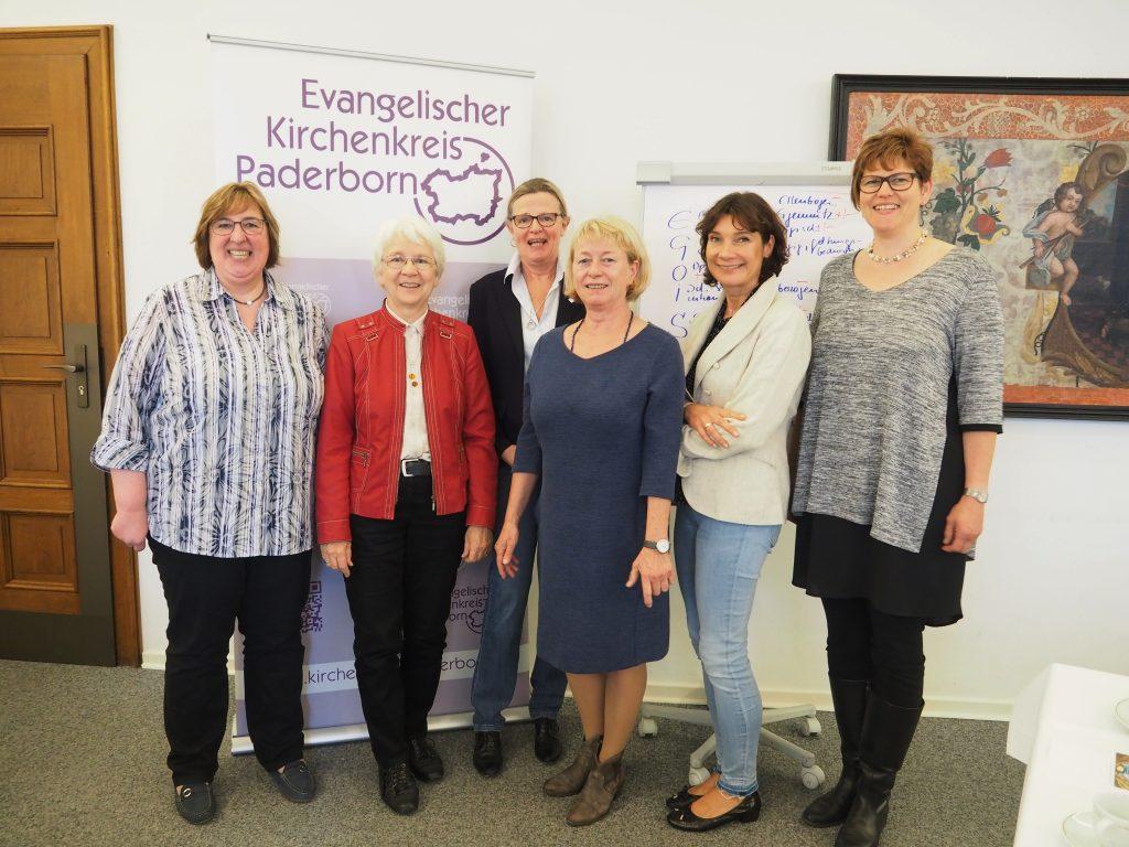 Mitglieder des Frauenausschusses mit der Referentin: (v. l.) Pfarrerin Elke Hansmann, Irene Glaschick-Schimpf, Susanne Bornefeld, Monika Korbach, Pfarrerin Heidrun Greine und Ingeborg Knust.