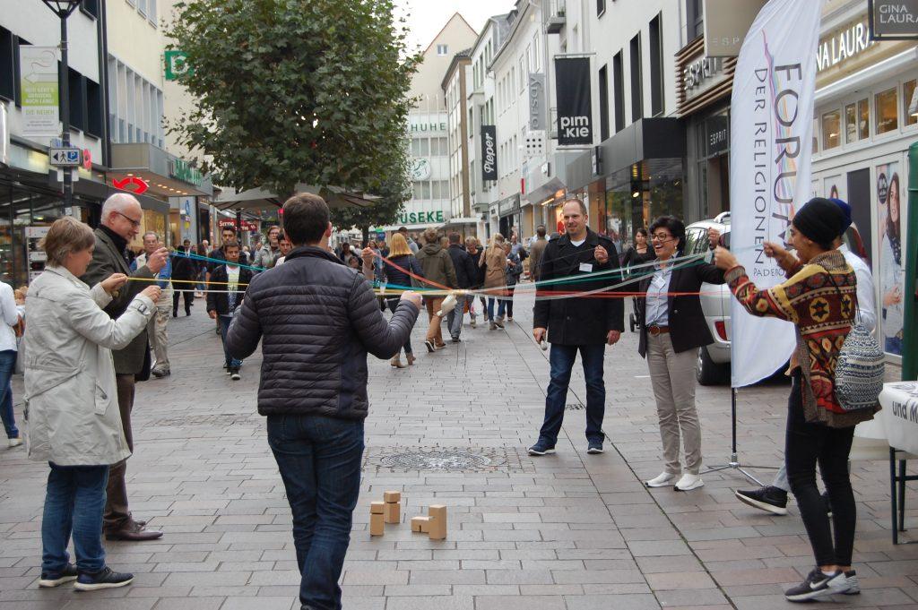 Die Mitglieder des Forums der Religionen Paderborn laden in der Paderborner Fußgängerzone zum Zusammenspiel der Kulturen ein. Foto: Forum der Religionen/Dekanat Paderborn