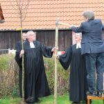 Pfarrer Claus-Jürgen Reihs (v. l.), Pfarrerin Almuth Reihs-Vetter und Presbyter Jürgen Engelmann pflanzen am Reformationstag einen Apfelbaum an der Immanuelkirche Bad Wünnenberg.