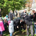 eim Gemeindefest an der Erlöserkirche in Büren pflanzen Pfarrerin Almuth Reihs-Vetter und Pfarrer Claus-Jürgen Reihs mit tatkräftiger Unterstützung einen Apfelbaum an der Erlöserkirche in Büren.