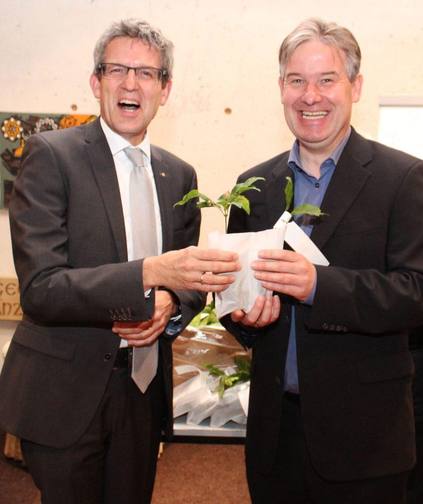 Luthereiche: Über einen Setzling aus den Händen von Superintendent Volker Neuhoff (links) freut sich der Hövelhofer Bürgermeister Michael Berens.