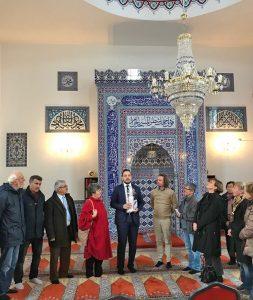 Der Dialogbeauftragte Abdurrahman Atasoy stellt den Mitgliedern des Runden Tisches Religion aus Höxter die Moscheegemeinde in Münster vor. FOTO: TUIJA NIEDERHEIDE