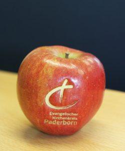 Knackige Äpfel mit dem Kirchenkreis-Logo (gelasert) ließen sich die Synodalen schmecken. FOTO: HEIDE WELSLAU