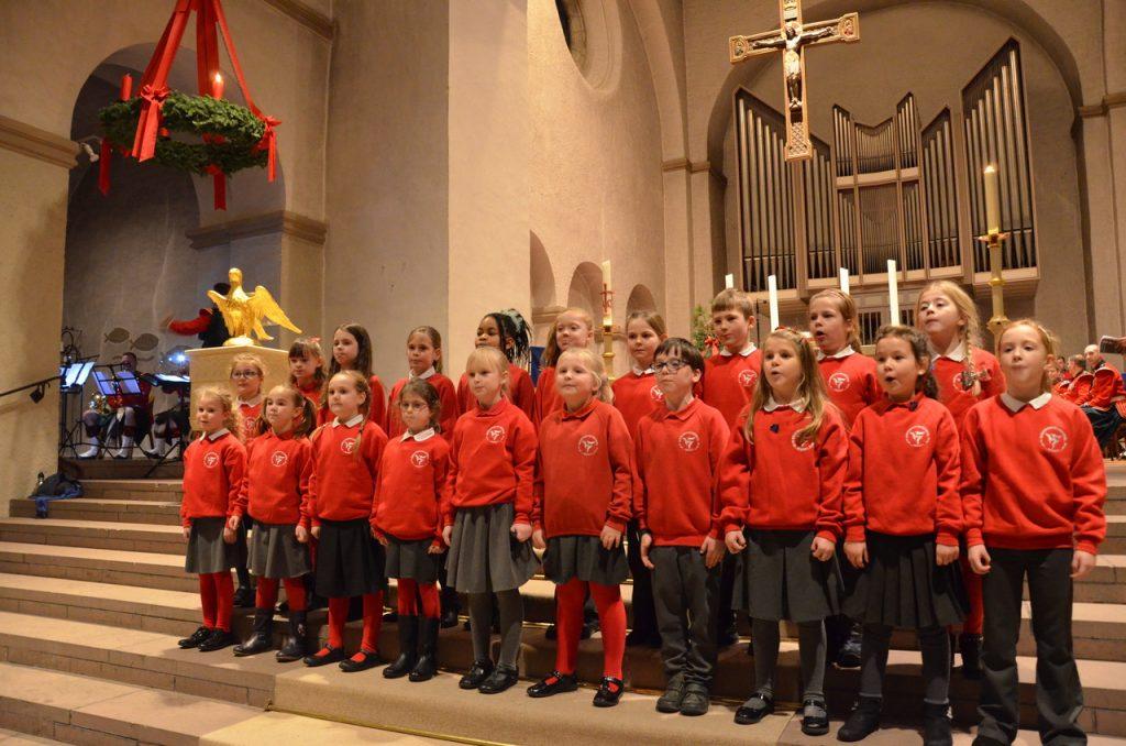 Schüler der Bishopsparkschule beim Christingle-Gottesdienst in der Abdinghofkirche. Foto: Eckhard Düker