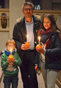 Geschmückte Orange als Symbol: Familie mit Christingle. Foto: Eckhard Düker