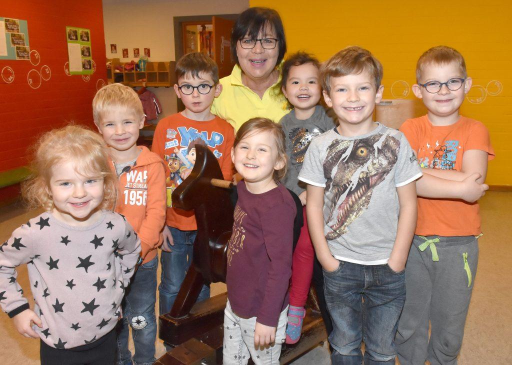 Nach 43 Jahren im evangelischen Kindergarten in Steinheim, die letzten 16 Jahre als Leiterin, ist Adelheid Meller - hier inmitten von Kindern - in den Ruhestand gegangen. FOTO: HEINZ WILFERT