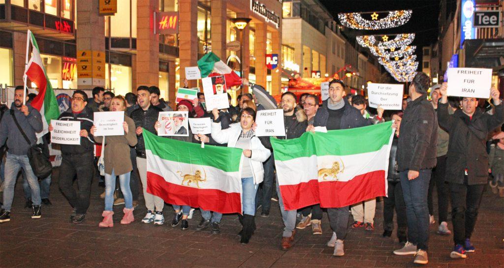 150 Menschen zogen am 6. Januar friedlich durch die Paderborner Innenstadt. Sie forderten Freiheit und Menschenrechte für den Iran. FOTO: HEIDE WELSLAU