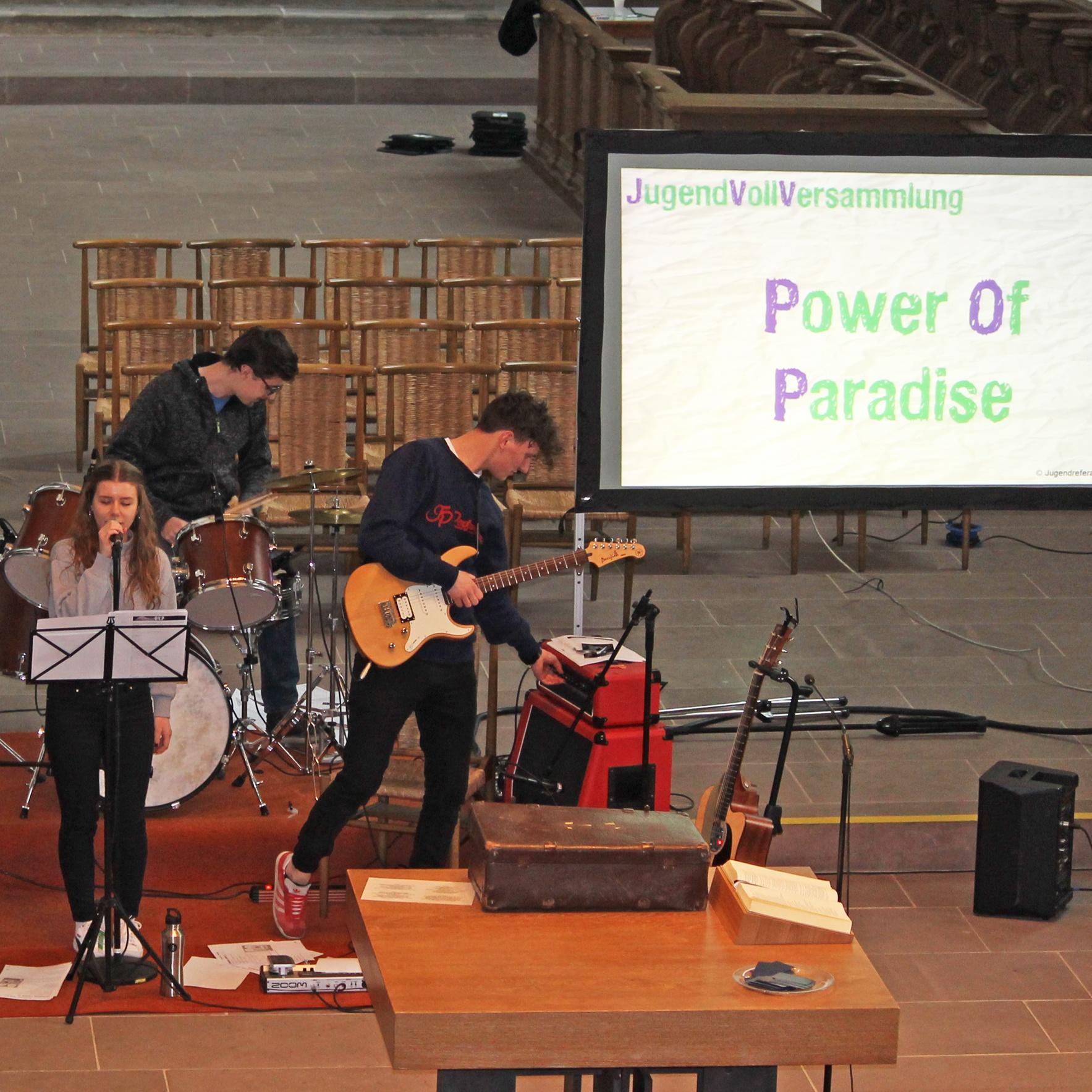 Nicht zuletzt die Musik der Band Power of Paradise sorgte für gute Stimmung bei der 10. Jugendvollversammlung in der Kirche Maria im Weinberg. FOTO: EV. JUGEND