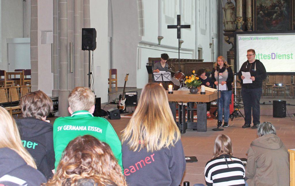 Der Jugendgottesdienst wurde neben Jugendpfarrer Burkhard Nolte (nicht im Bild) von Sarah Meusel und Martin Hanemann gestaltet. FOTO: EV: JUGEND
