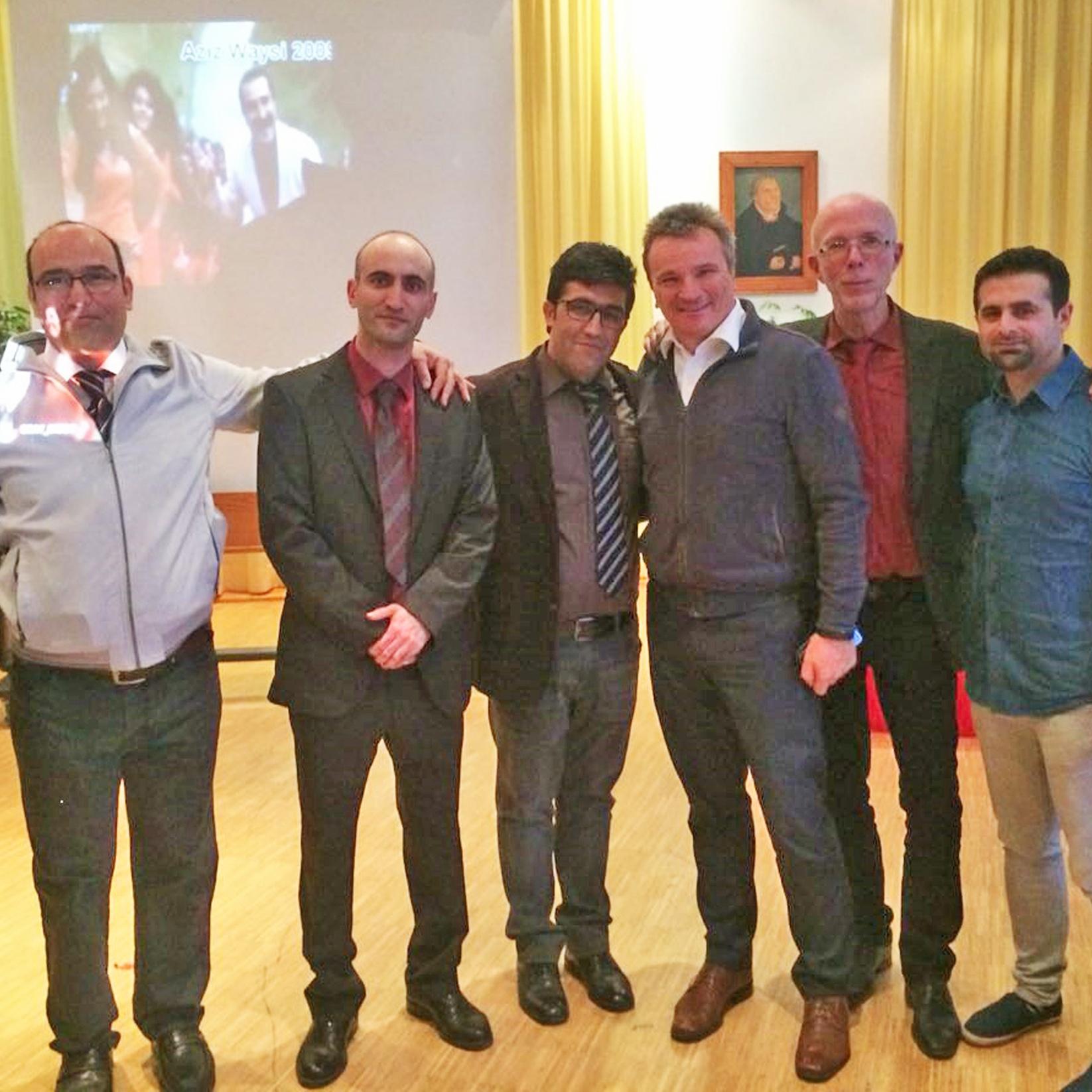 Freuen sich über das gelungene Fest: (v. l.) Alireza, Morteza, Arrasch, Rolf Hellmann (Steinheim International), Pfarrer Ulrich Beimdiek und Mohammed. FOTO: PRIVAT