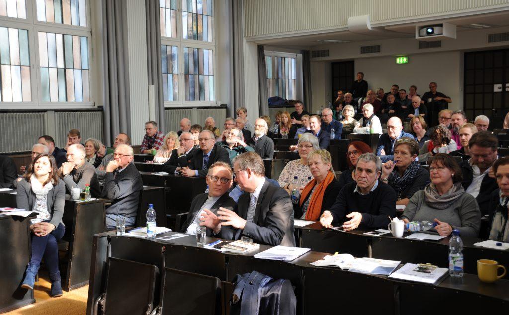 Großes Interesse: Gut 110 Teilnehmer waren in die Theologische Fakultät gekommen, um den Ausführungen der Experten zu lauschen und sich in die Diskussion einzubringen. FOTO: DEKANAT PB/BIRGER BERBÜSSE