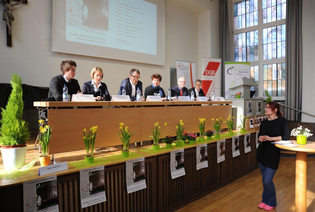 Auf dem Podium: (v. l.) Dr. Harald Anacker (Fraunhofer-Institut Paderborn), Christiane Boschin-Heinz (Projektleiterin Digitale Stadt Paderborn), Wolfgang Marquardt (OWL GmbH), Rena Tangens (Internetaktivistin und Datenschutzexpertin), Dr. Bernd Groeger (DGB) und Prof. Dr. Günter Wilhelms (Theologische Fakultät). Moderiert wurde die Diskussion von Sylvia Homann (Radio Hochstift). FOTO: DEKANAT PB/BIRGER BERBÜSSE
