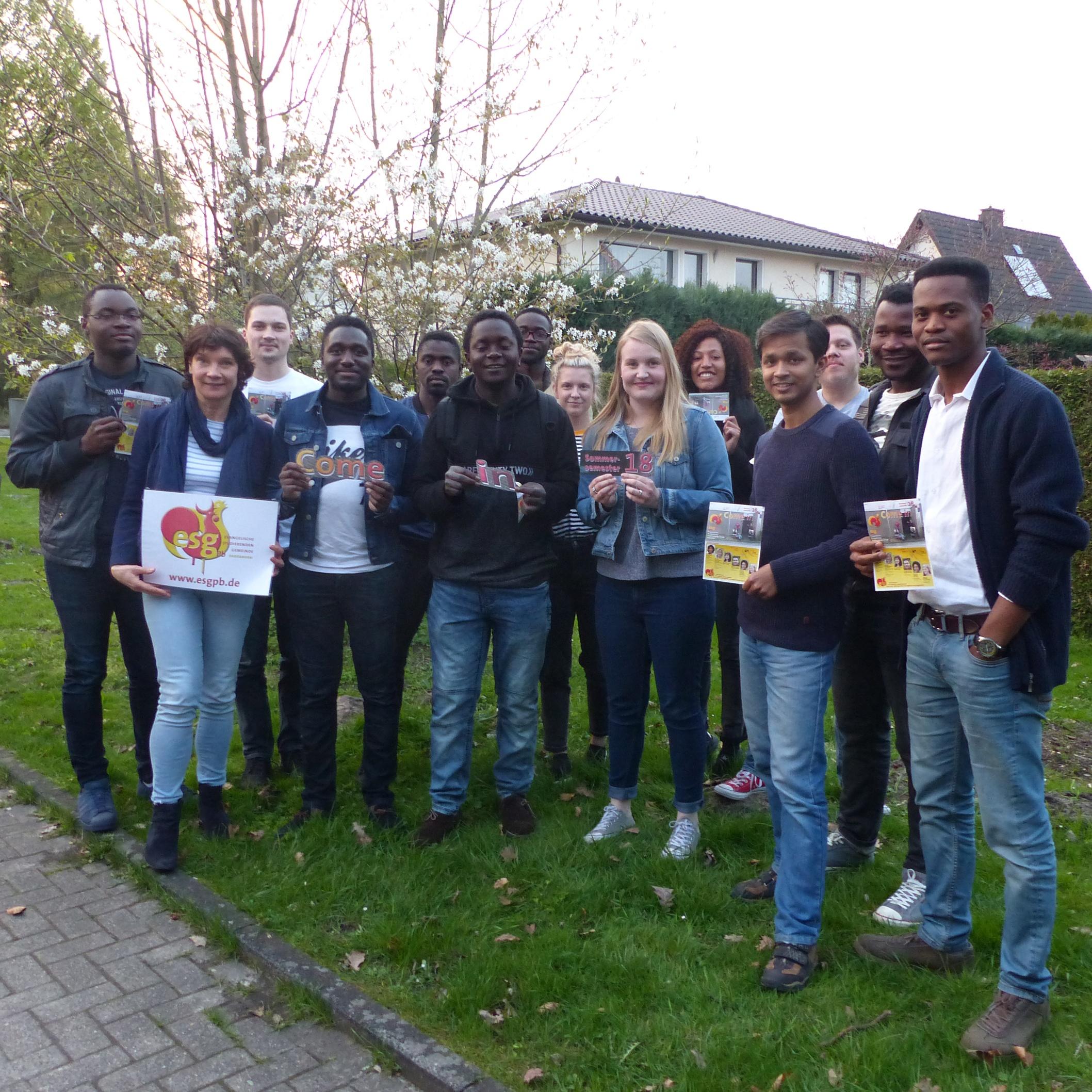 Laden ein zu den ESG-Veranstaltungen: Studierende der Universität Paderborn aus vielen Nationen und Studierendenpfarrerin Heidrun Greine (vorne links). Foto: ESG/Matthias Schmitt
