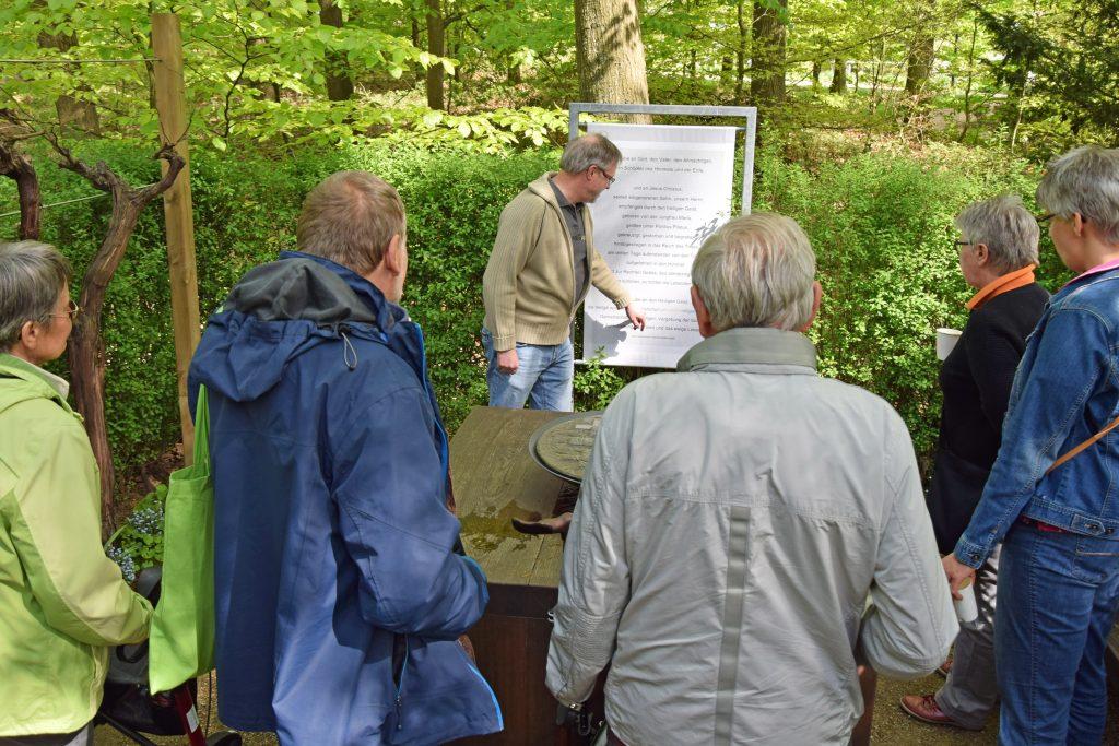 Pfarrer Detlev Schuchardt (hinten Mitte) im Gespräch mit interessierten Besuchern im Garten der Christen. FOTO: JAN GLOBACEV