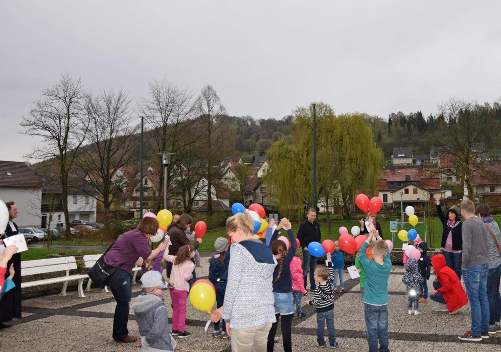 Grüße steigen auf: Die Kinder beim ökumenischen Mini-Gottesdienst in Bruchhausen schrieben ihren Dank und ihre Grüße an Gott auf Karten, die an Luftballons in den Himmel stiegen.